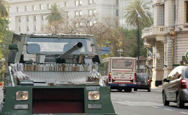 da: http://www.thepostinternazionale.it/mondo/argentina/armi-istruzione-di-massa/un-ragazzo-argentino-ha-trasformato-una-macchina-del-1979-in-un-carro-armato-ambulante-per-distribuire-libri-a-buenos-aires-4